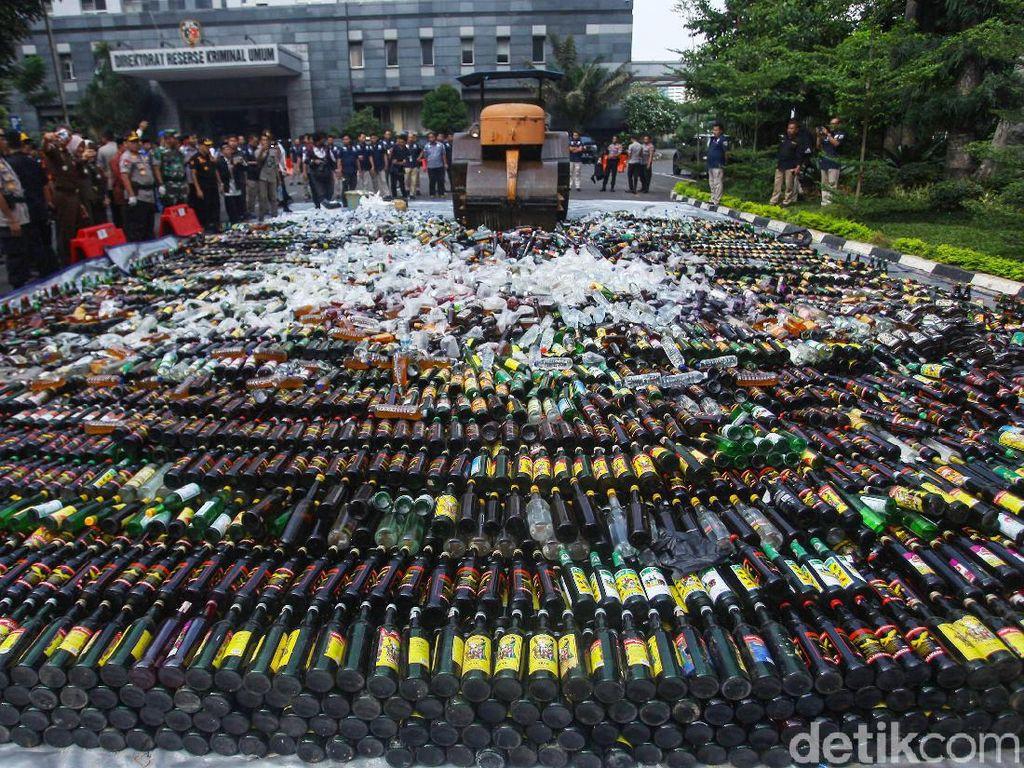 Polda Metro Jaya Gilas Ribuan Botol Miras dengan Alat Berat