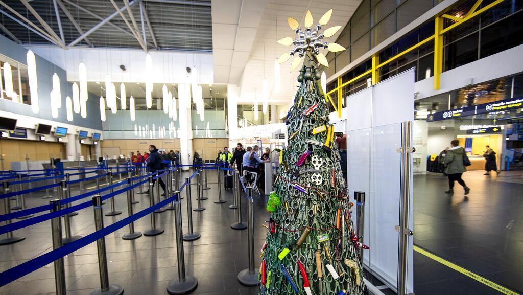 Unik! Pohon Natal Ini Dibuat Dari Barang Sitaan di Bandara