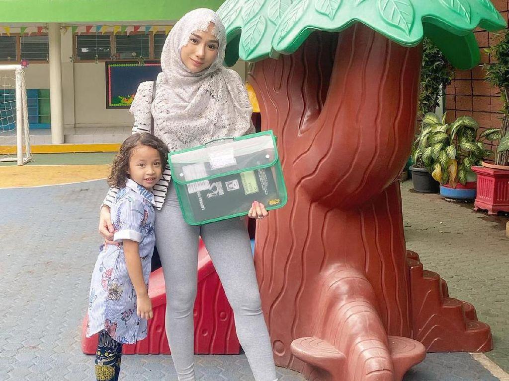 Masih Sendiri, Bella Luna Pilih Liburan Akhir Tahun dengan Anak