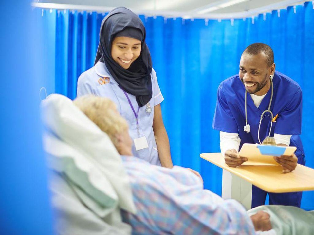 Pertama Kalinya! Staf Medis Muslim di Inggris Kenakan Jilbab Steril Sekali Pakai