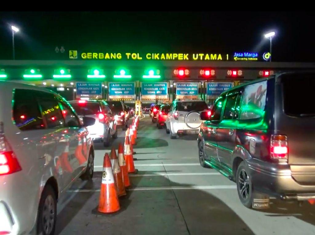 Libur Natal Tiba, Mobil-mobil Antre Keluar Jakarta Via GT Cikampek