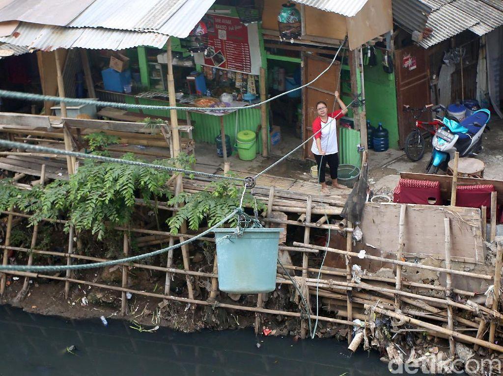 Potret Warung Eretan di Pinggir Kali Mampang