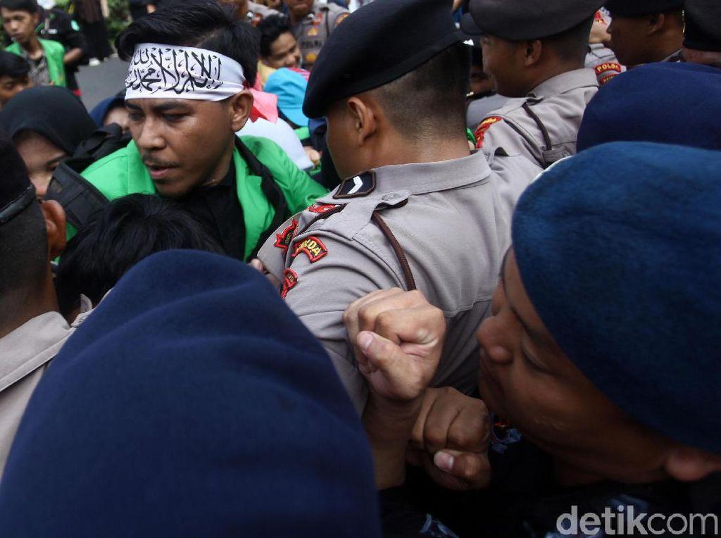 Saling Dorong Warnai Aksi untuk Uighur di Kedubes China