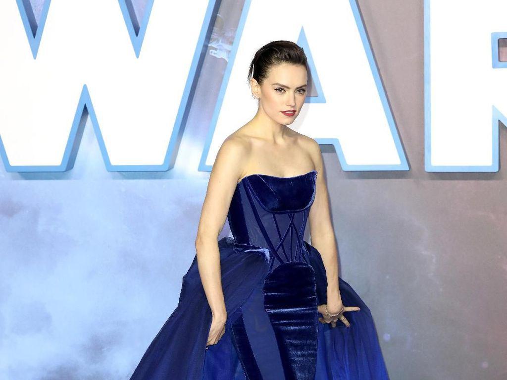 Foto: Gaya Dramatis Daisy Ridley di Red Carpet Star Wars