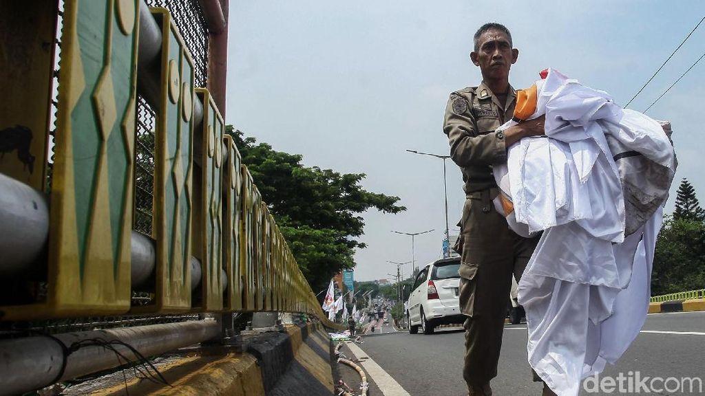 Satpol PP Tertibkan Bendera Parpol di Senayan