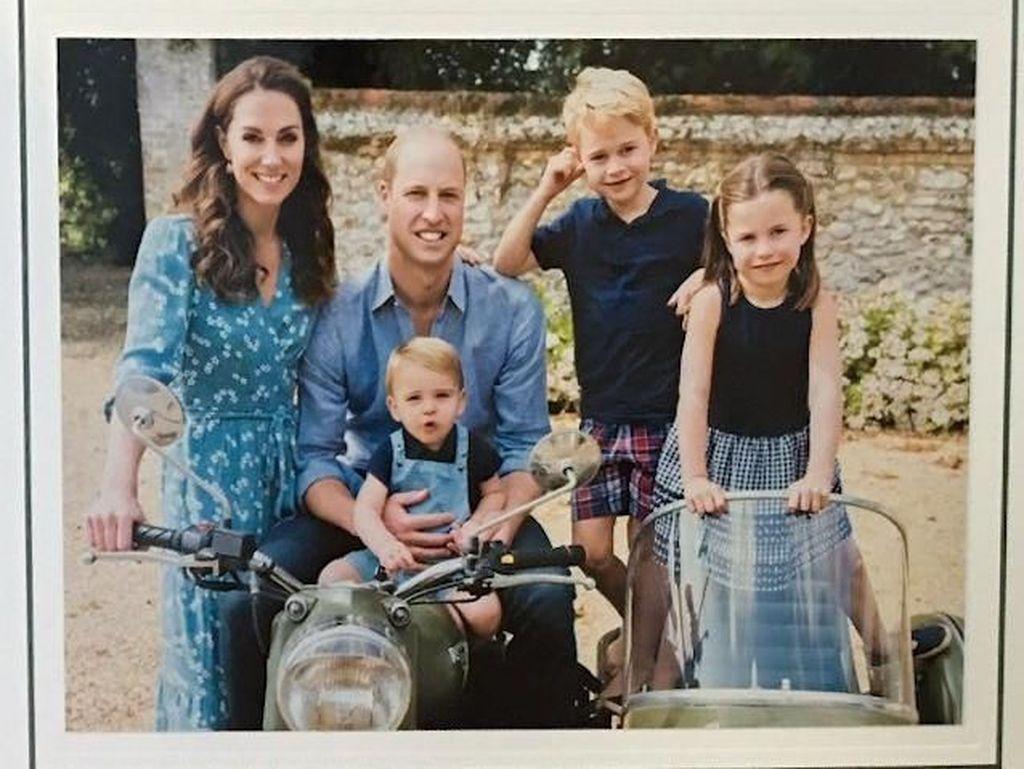 Berpose di Motor Vintage, Ini Potret Kartu Natal Keluarga Pangeran William
