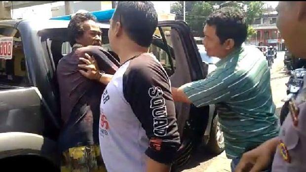 Detik-detik Polisi dan Warga Tangkap Perobek Al Qur'an di Tasikmalaya