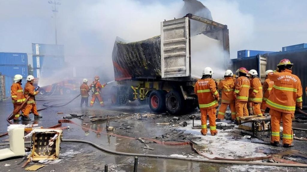 Petugas Damkar Padamkan Truk Kontainer yang Terbakar di Tanjung Perak