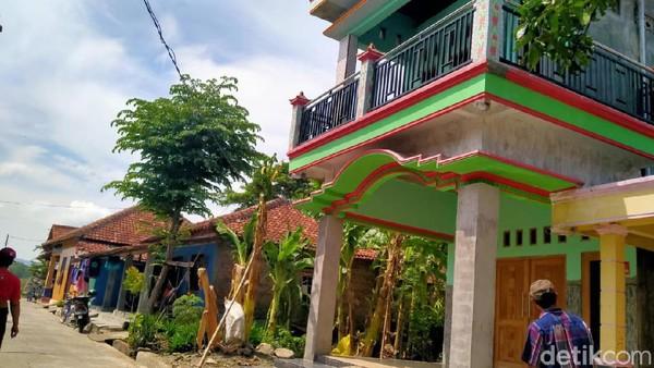 Foto: Rumah berlantai dua di Klaten yang ditempeli stiker keluarga miskin (Achmad Syauqi/detikcom)