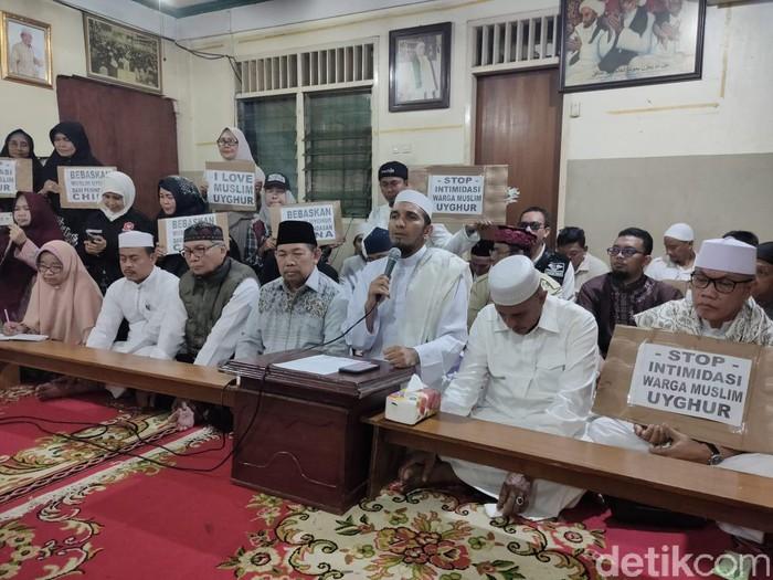 Ketum DPP FPI Ahmad Sobri Lubis (memegang mikrofon). (Dwi/detikcom)