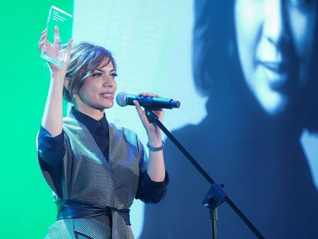 Penampilan Najwa Shihab Pakai Sneakers G-Dragon yang Bikin Iri Kpopers