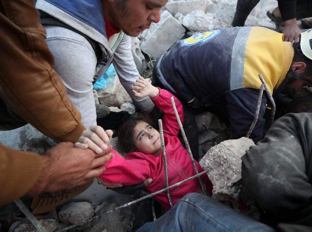 Penyelamatan Dramatis Bocah Suriah di Tengah Gempuran Udara