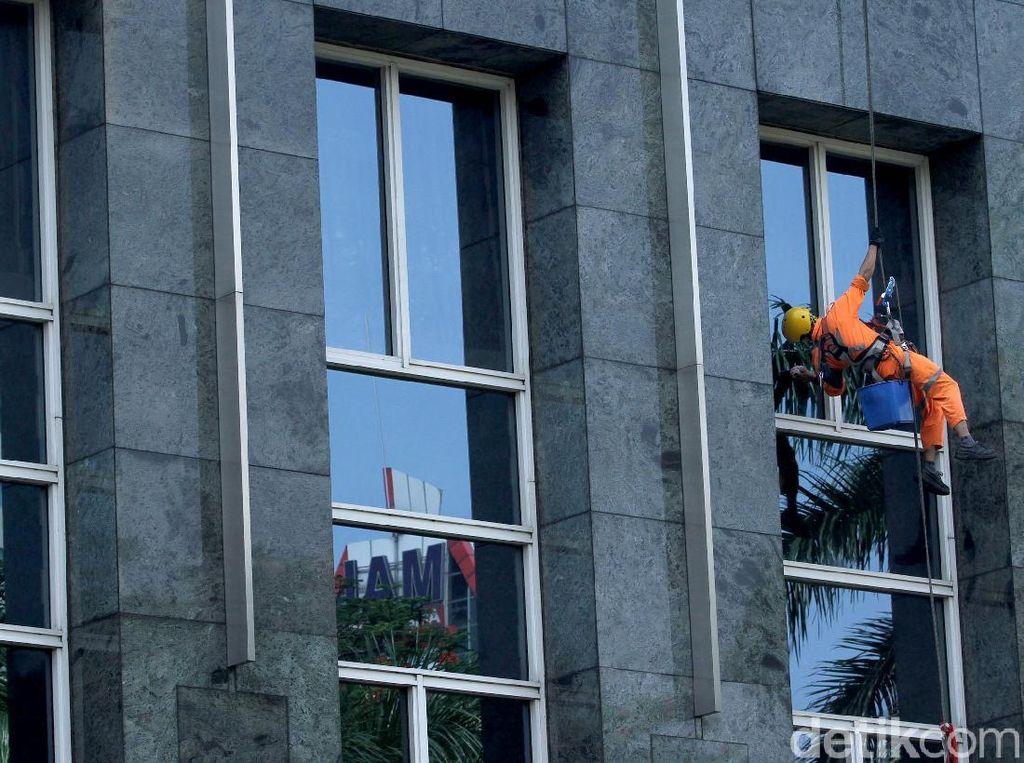 Aksi Spiderman Bersihkan Kaca Gedung Pencakar Langit