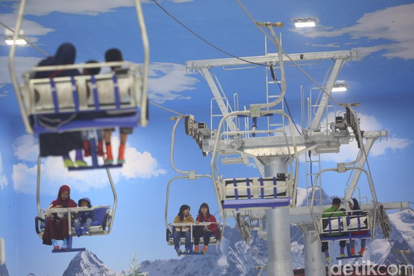 Menaiki Chair Lift Trans Snow World Bintaro