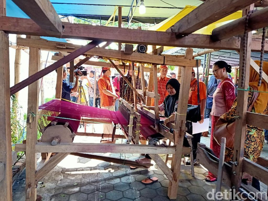 Wisatawan dan Masyarakat Diajak Membuat Tenun di Pasar Rakyat Kediri