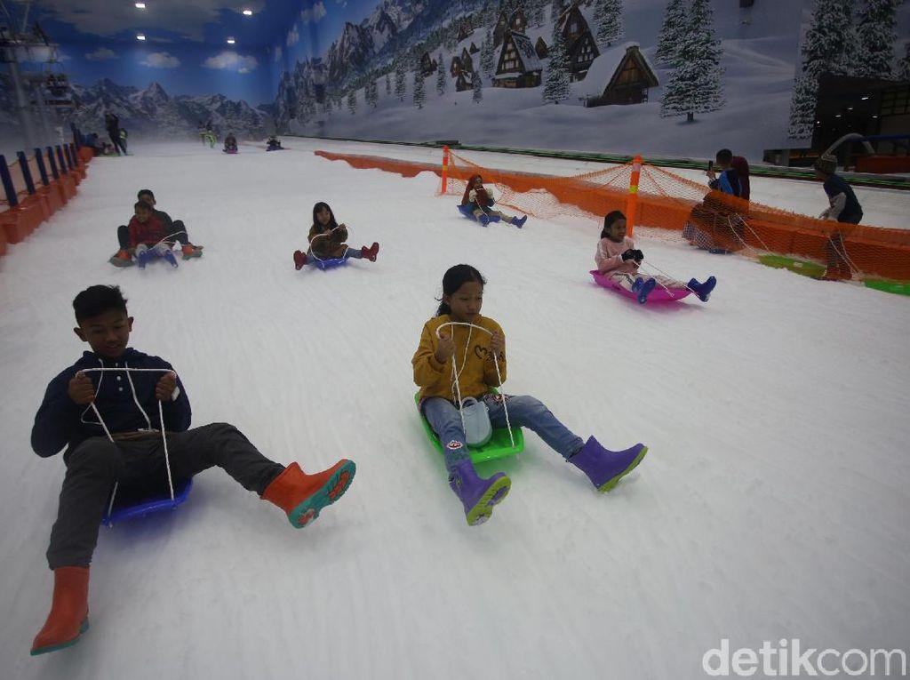Rame dan Seru! Potret Wisatawan Padati Trans Snow World Bintaro