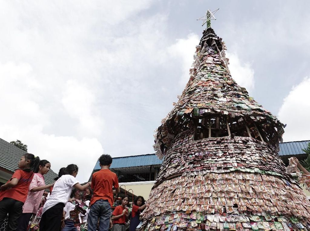 Aneka Pohon Natal Unik, Dibuat dari Petai hingga Puntung Rokok