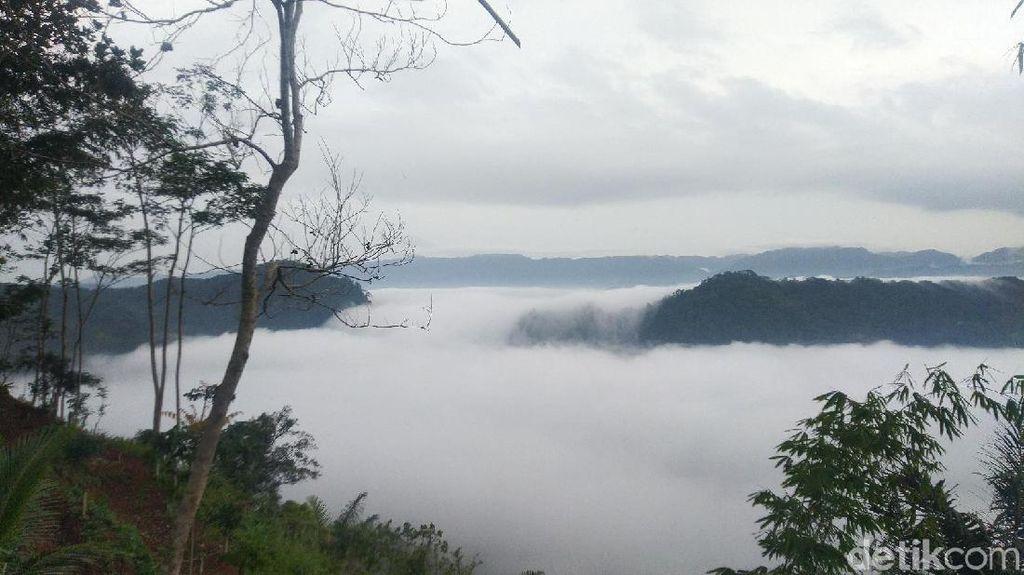 Foto: Pemandangan Puncak Bangku Ciamis yang Membius