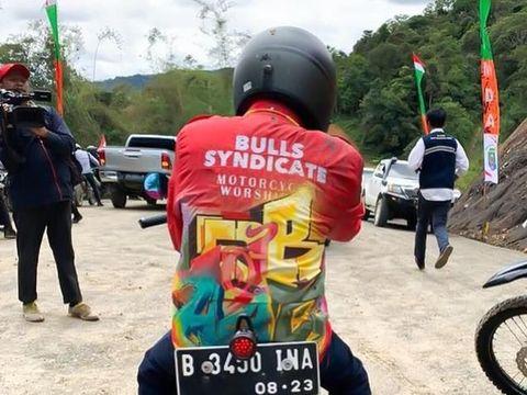 Jokowi pakai jaket custom.