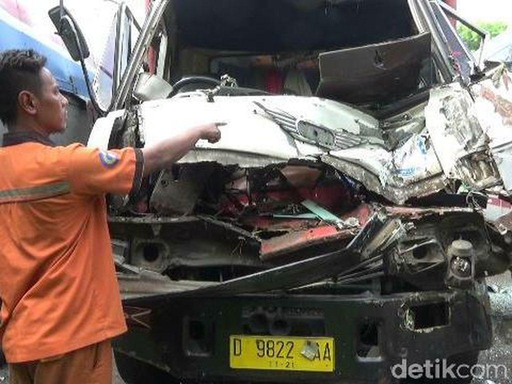 Dua Truk Kecelakaan di Tol Purbaleunyi, 1 Orang Tewas