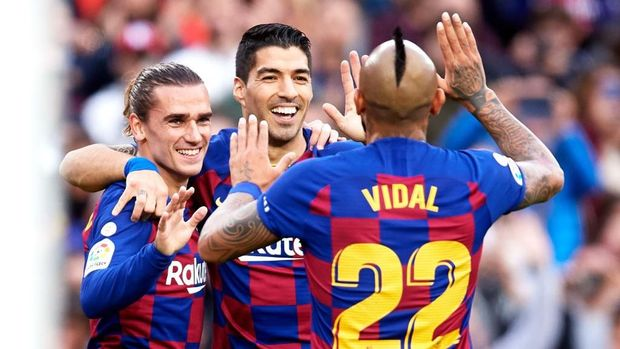 BARCELONA, SPAIN - DECEMBER 21: Antoine Griezmann of FC Barcelona celebrates with teammates Luis Suarez and Arturo Vidal after scoring the opening goal during the La Liga match between FC Barcelona and Deportivo Alaves at Camp Nou on December 21, 2019 in Barcelona, Spain. (Photo by Alex Caparros/Getty Images)