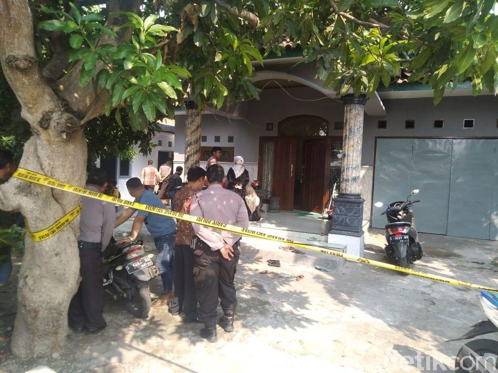 Guru SMP Jombang Tewas Dirampok, Perhiasan Berceceran di Depan Rumah