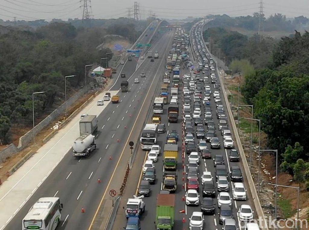 Tol Layang Japek Dipadati Kendaraan Jelang Natal dan Tahun Baru