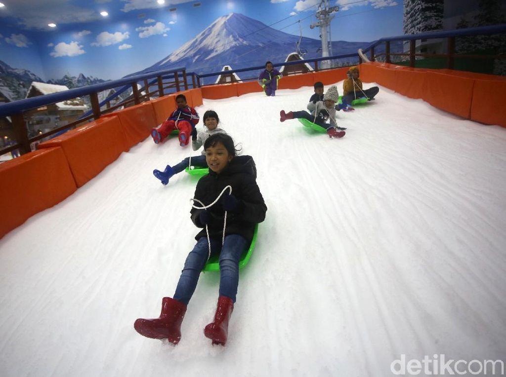 Keceriaan Anak-anak Bermain Salju di Trans Snow World Bintaro