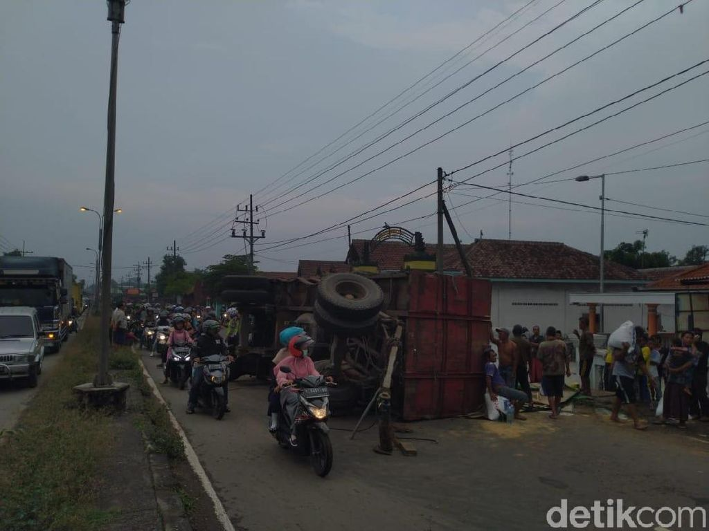 Truk Angkut Pakan Ternak Terguling, Jalur Arteri Mojokerto Macet 2 KM