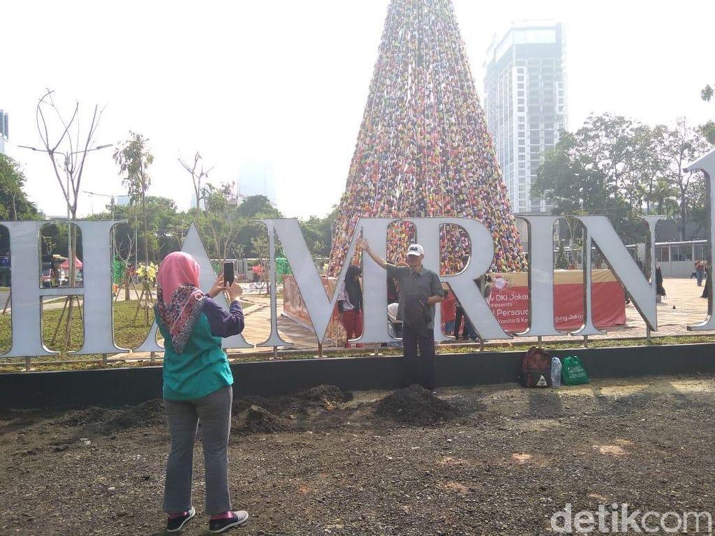 Pohon Natal Thamrin 10 Jadi Sasaran Foto Warga Saat CFD: Bagus Banget!