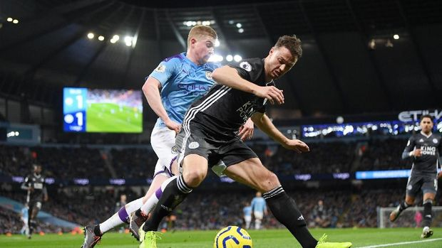 MANCHESTER, ENGLAND - DECEMBER 21: Jonny Evans of Leicester City shields the ball from Kevin De Bruyne of Manchester City during the Premier League match between Manchester City and Leicester City at Etihad Stadium on December 21, 2019 in Manchester, United Kingdom. (Photo by Michael Regan/Getty Images)