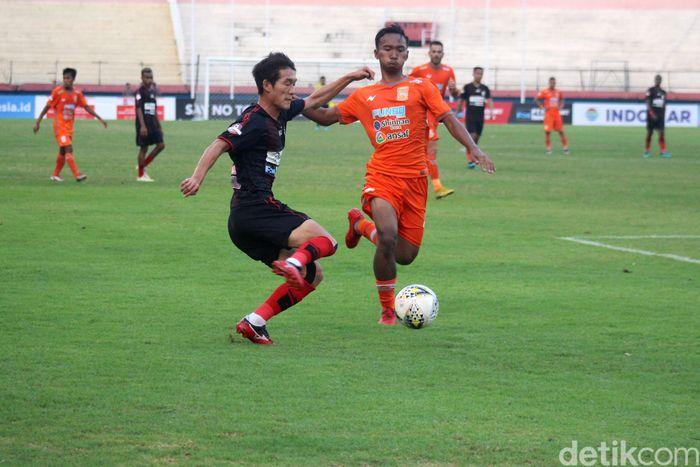 Persipura Jayapura menghadapi Borneo FC di Gelora Delta, Sidoarjo. Hasil imbang memaksa keduanya berbagi poin.