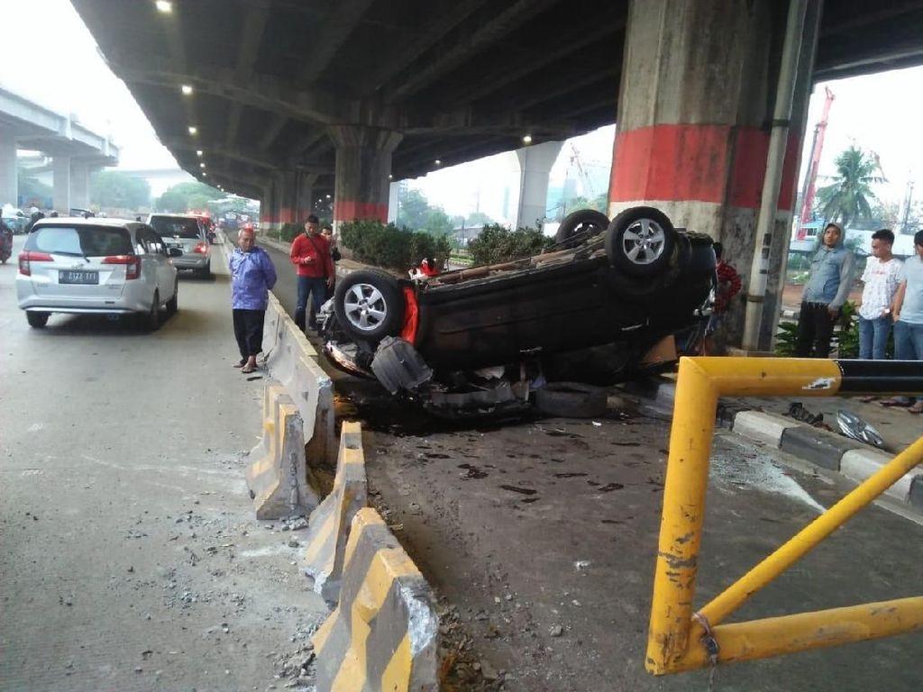 Diduga Human Error, Mobil Terbalik di Jalan DI Panjaitan Jaktim