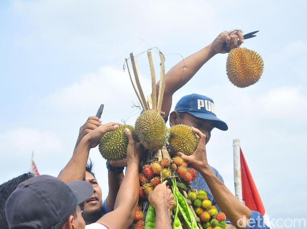 Seru! Warga Berebut Gunungan Durian dan Rambutan Ace di Kudus