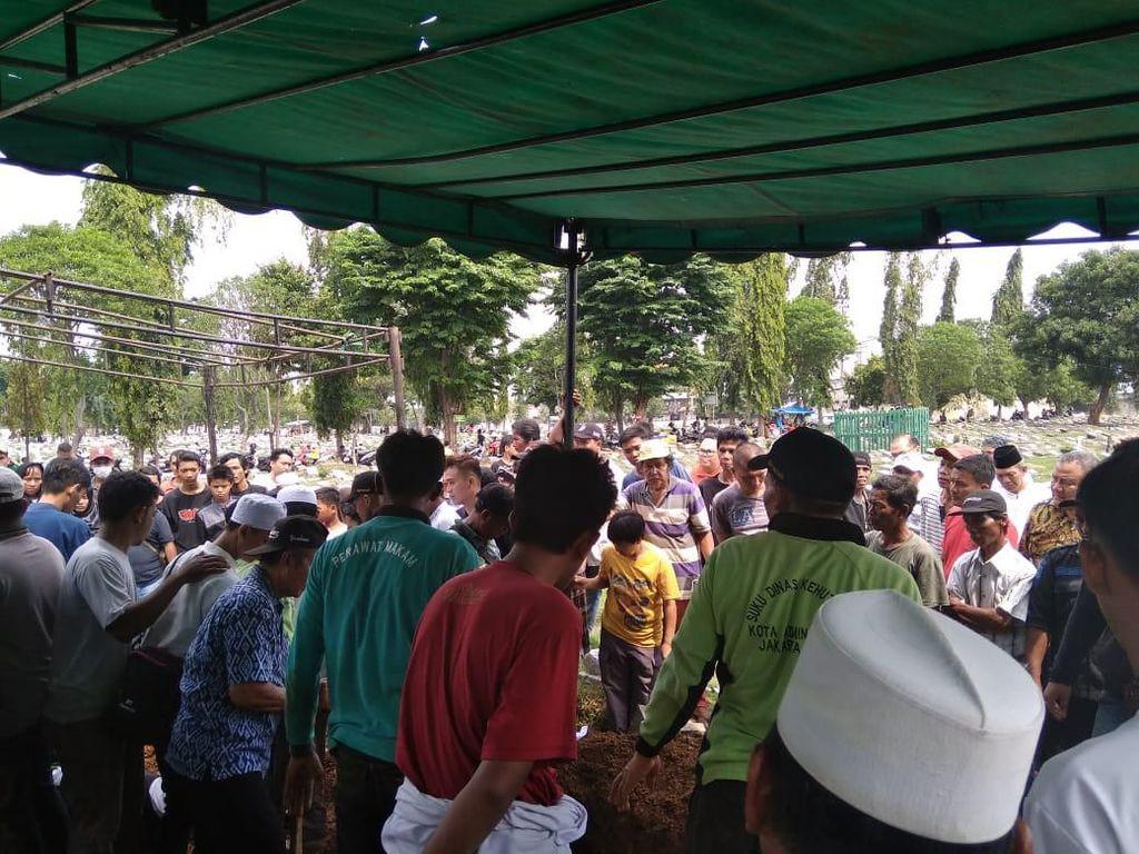 5 Korban Kecelakaan Mobil Vs Kereta di Bekasi Dimakamkan di Rawamangun