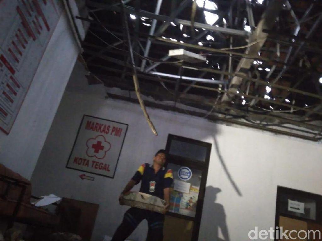 Angin Kencang di Tegal, Gedung PMI Rusak Tertimpa Pohon Tumbang
