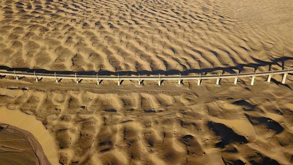 Bangun Jalur Kereta Cepat di Atas Gurun Pasir? China Bisa!