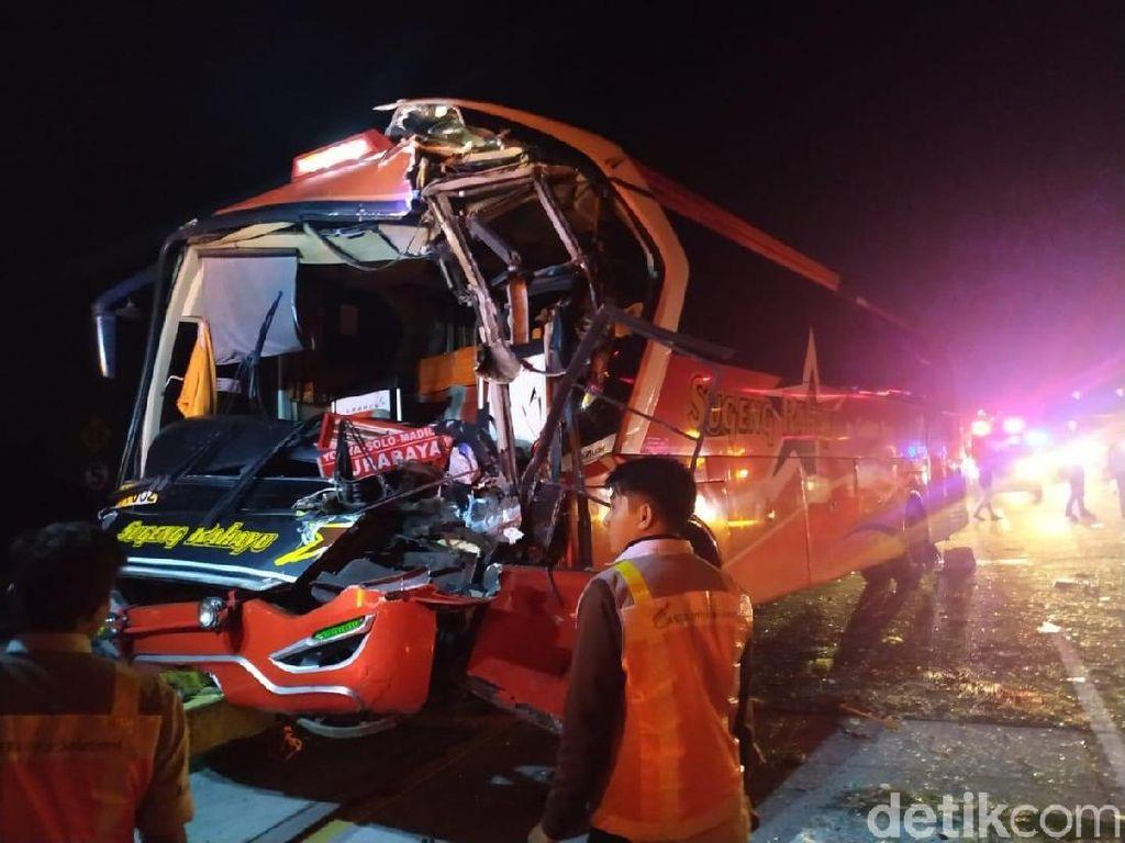 Bus Tabrak Truk di Tol Jombang- Mojokerto, Kondektur Tewas Terjepit
