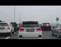 Kelakuan Pengendara di Tol Layang, Pipis hingga Masuk Bahu Jalan