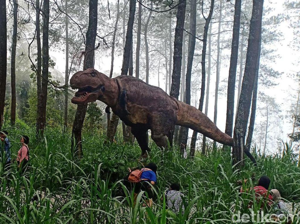 Main dengan Dinosaurus di Jurassic Park ala Magetan