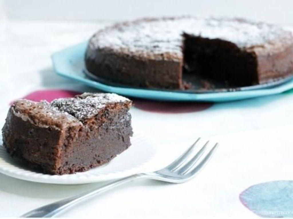 Dengan 2 Bahan Ini Kamu Bisa Bikin Cake Nutella yang Lumer Legit