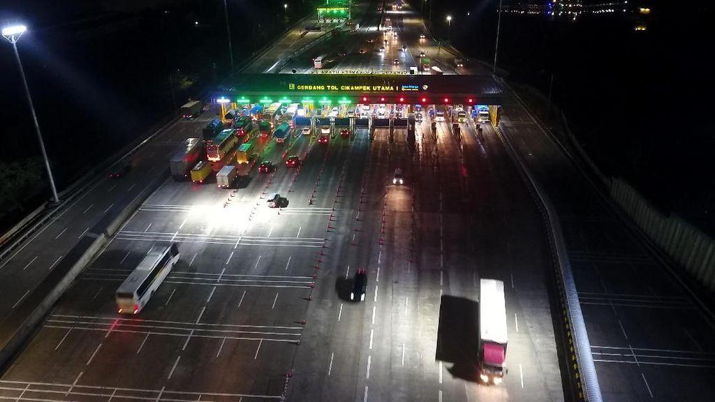 Suasana Arus Kendaraan di GT Cikampek Lancar