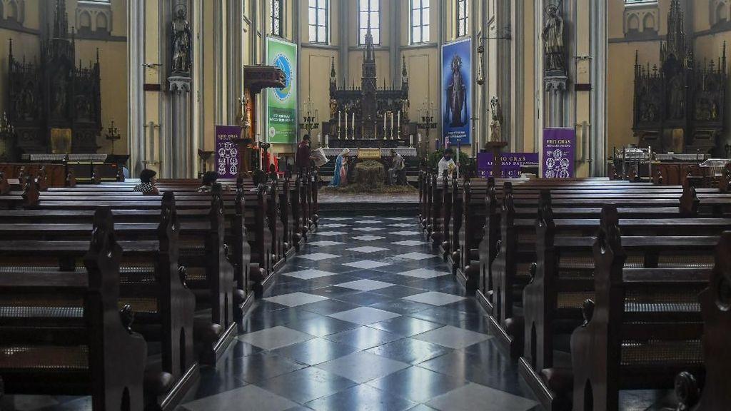 Persiapan Gereja Katedral Sambut Misa dan Natal