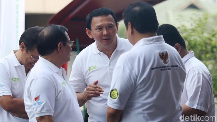 Basuki Tjahaja Purnama (Ahok) ikut menghadiri peresmian implementasi program biodiesel 30% atau B30 di SPBU Pertamina, Jalan MT Haryono, Jakarta Selatan, Senin (23/12/2019). Komisaris Utama Pertamina jadi rebutan foto bersama pegawai SPBU.