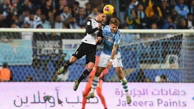 RIYADH, SAUDI ARABIA - DECEMBER 22: Ciro Immobile of SS Lazio competes for the ball against Mattia De Sciglio of Juventus during the Italian Supercup match between Juventus and SS Lazio  at King Saud University Stadium on December 22, 2019 in Riyadh, Saudi Arabia.  (Photo by Claudio Villa/Getty Images for Lega Serie A)