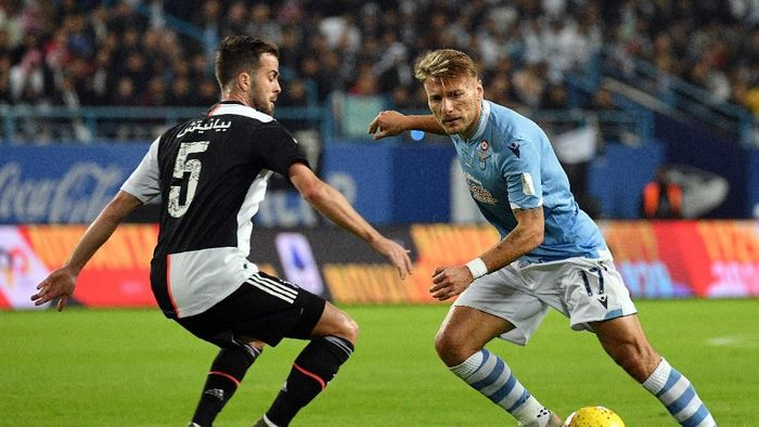 RIYADH, SAUDI ARABIA - DECEMBER 22: Ciro Immobile of SS Lazio competes for the ball against Miralem Pjanic of Juventus during the Italian Supercup match between Juventus and SS Lazio  at King Saud University Stadium on December 22, 2019 in Riyadh, Saudi Arabia.  (Photo by Marco Rosi/Getty Images)