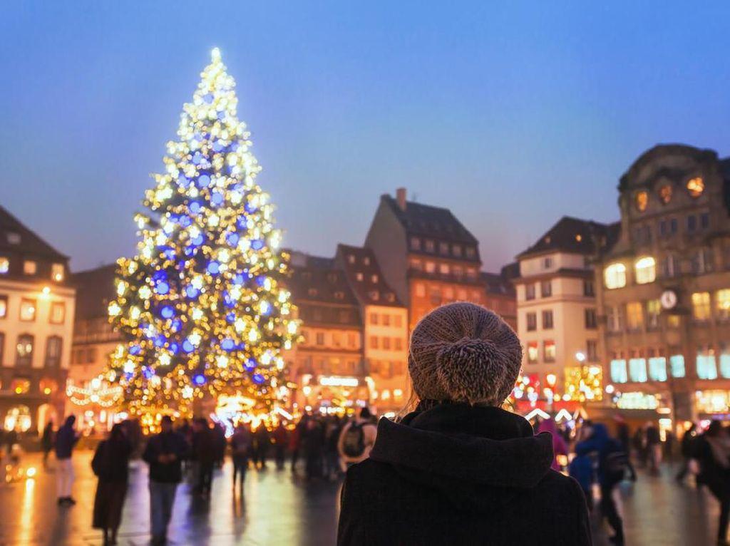 Kreatif, Makeup Artist Hias Bulu Mata Berbentuk Pohon Natal