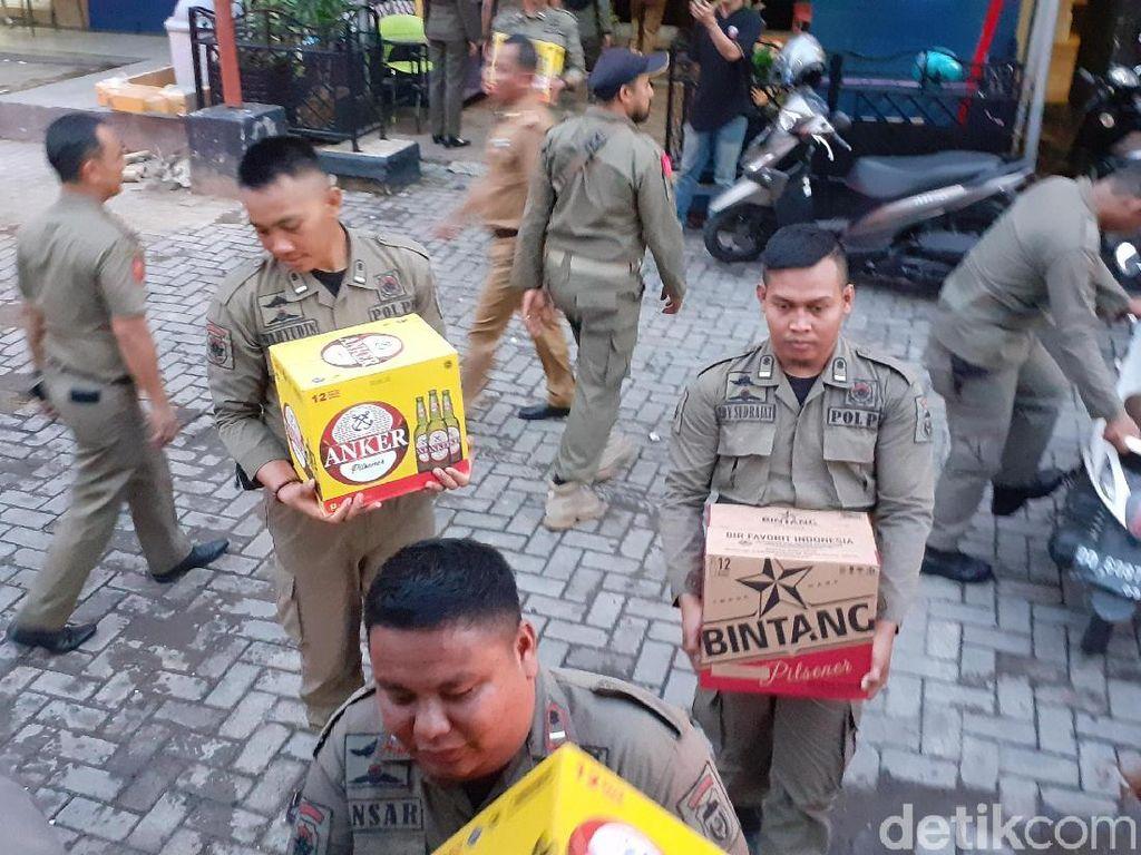 Tim Gabungan Pemkot Makassar Razia Miras di Kawasan Losari