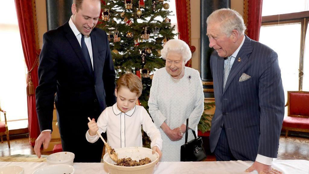 Foto: Keseruan Pangeran George Bikin Kue Natal Bersama Ratu Elizabeth II