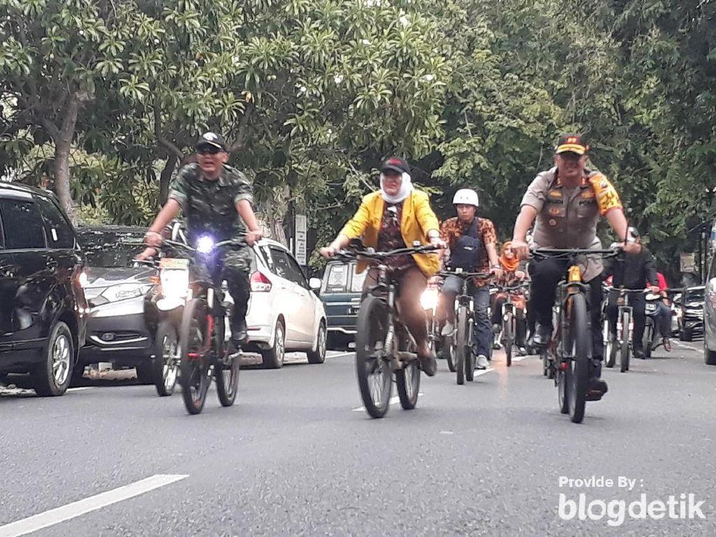 Naik Sepeda Cek Gereja, Bupati Anna Pastikan Natal di Bojonegoro Aman